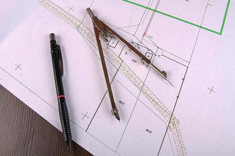 ołówek icyrkiel leżą namapie